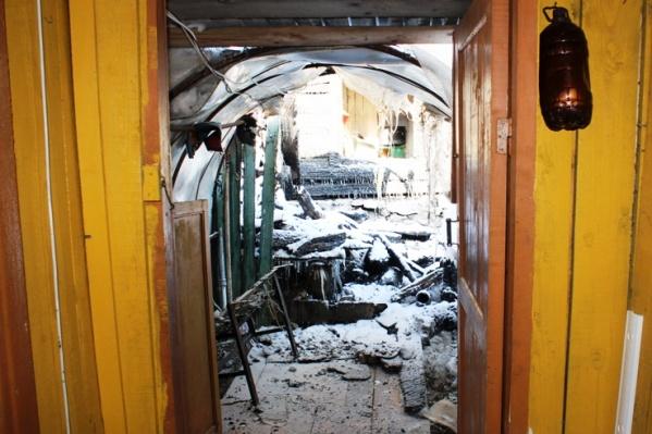 У дома сгорели обе бани