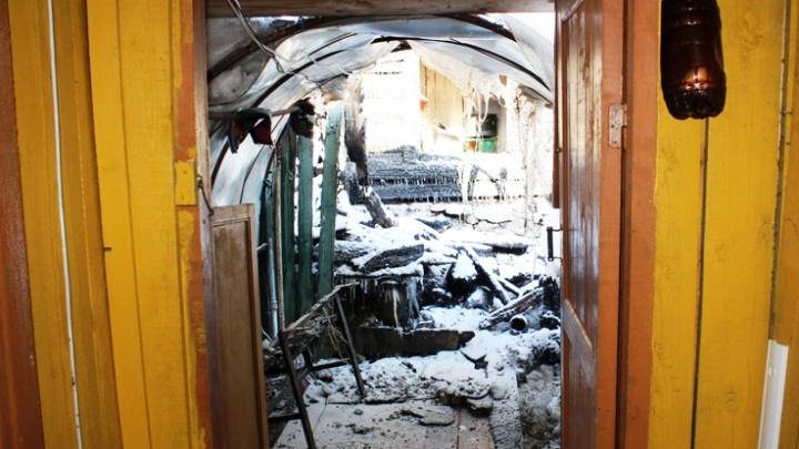 «Помогли собрать вещи»: в Прикамье инспекторы ДПС спасли людей из горящего дома