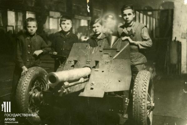 Рабочие-подростки завода около 76-миллиметровой полковой пушки образца 1943 года (ОБ-25): Владимир Фадеев, Виктор Вихарев, Сергей Шушков, имя и фамилия четвертого мальчика не установлены. 1940-е годы