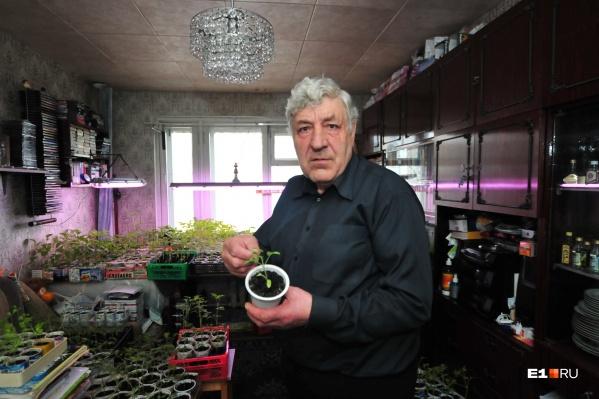 Юрий Павлович живет в темной квартире с 2012 года, когда по соседству построили дом