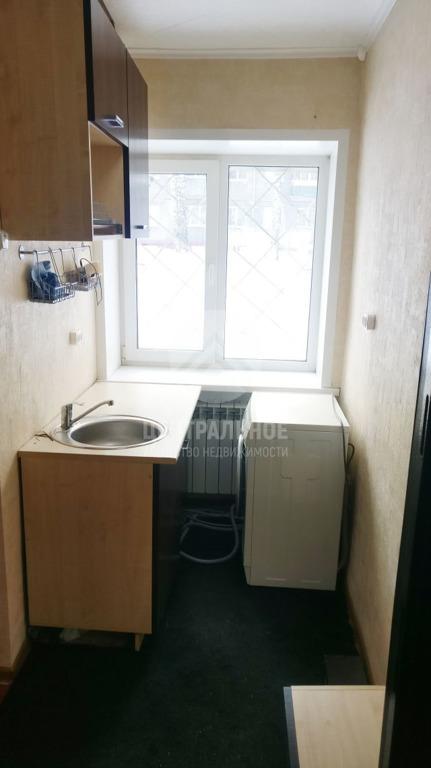Кухня совсем небольшая, зато есть стиральная машина
