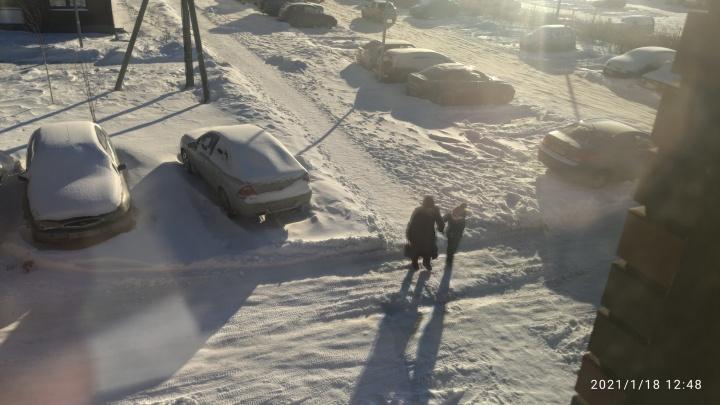 «Я просто взял лопату». Как екатеринбуржцы справляются со снегом во дворах
