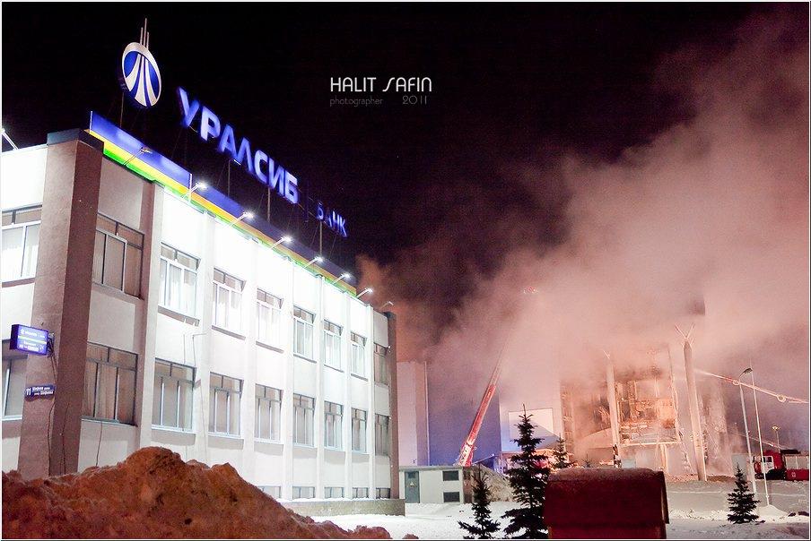 Рядом с «Европой» располагались отделение банка «Уралсиб» и заправка
