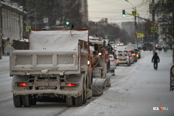 В Екатеринбурге продолжается уборка снега