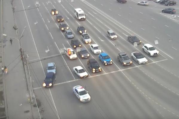 Машина ДПС с маячками проезжает на красный