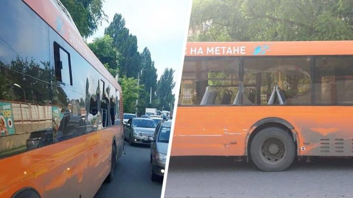 В Ростове грузовик врезался в автобус. Осколками стекол задело пассажиров