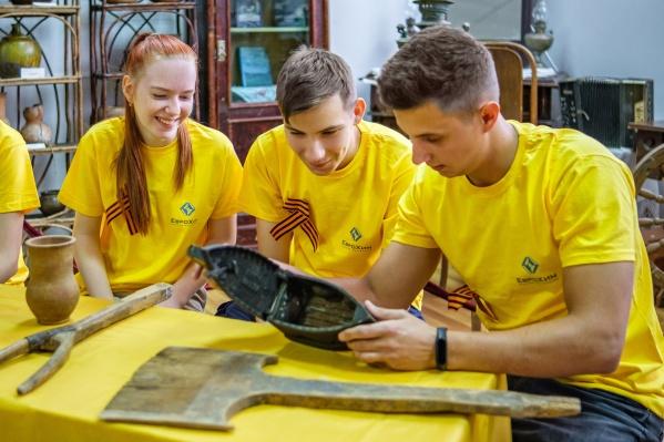 Молодые котельниковцы с интересом изучают экспонаты краеведческого музея