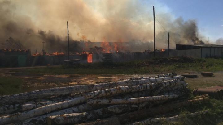 На Урале огонь охватил цехи и десятки гаражей. Видео