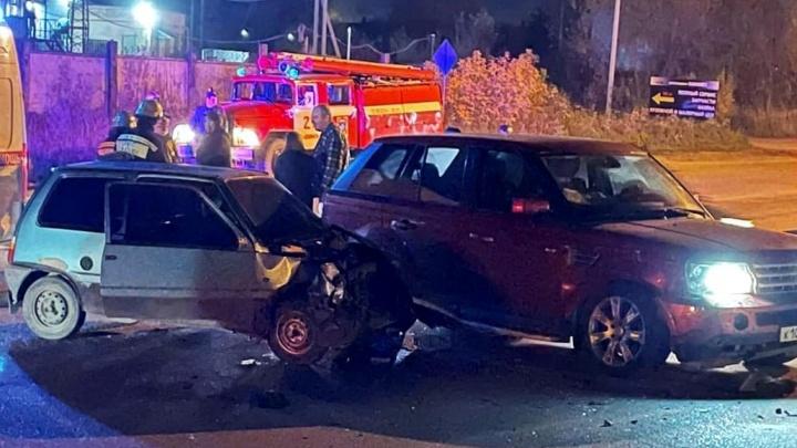 «Водитель сбежал»: в Ярославской области «Ленд-Ровер» смял «Оку». Два человека пострадали