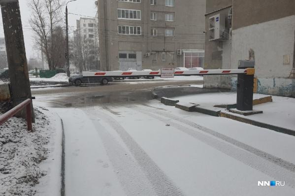 Шлагбаумы получили широкое распространение среди жителей многоквартирных домов Нижнего Новгорода