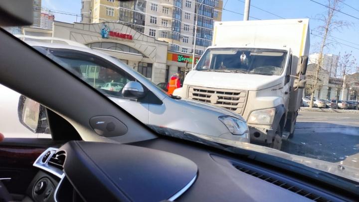В Екатеринбурге регистратор снял вылет грузовика на встречку