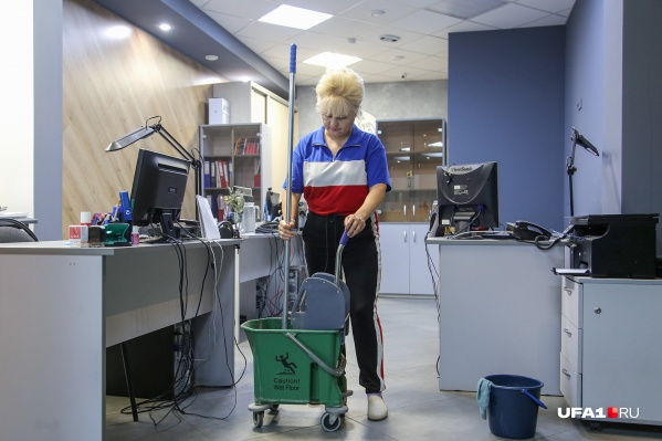 Уже несколько лет Разифя Гишварова приходит рано утром в офис редакции UFA1.RU, моет пол и вытирает пыль