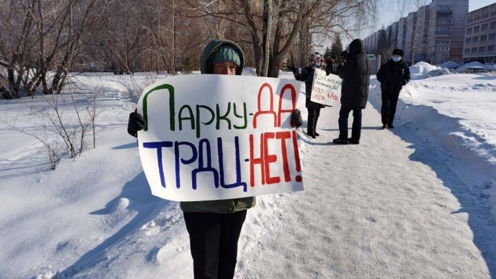 Жители Академгородка провели одиночные пикеты против застройки сквера на Демакова