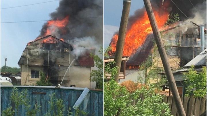 В Тобольске после удара молнии сгорел дом