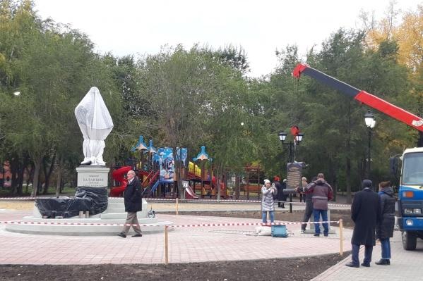 Мемориал находится в центре сада