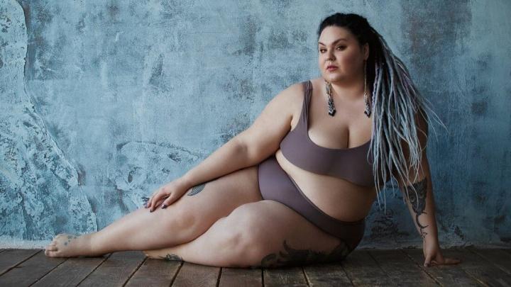 «Месяц назад весила 145,1»: фитнес-тренер, заставляющая худеть толстушек, сама не в силах сбросить 72 кило