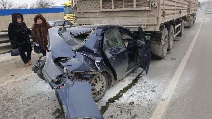 «Ни у кого ни царапины»: под Ростовом чудом выжили пассажиры смятой двумя фурами легковушки