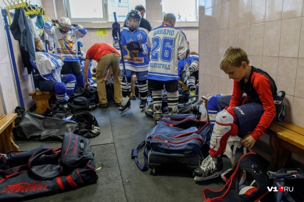 Хоккеистов пытаются перевести на коммерческий лед