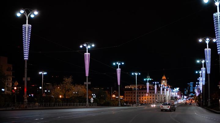 В центре Екатеринбурга включили странную розовую подсветку. Объясняем почему