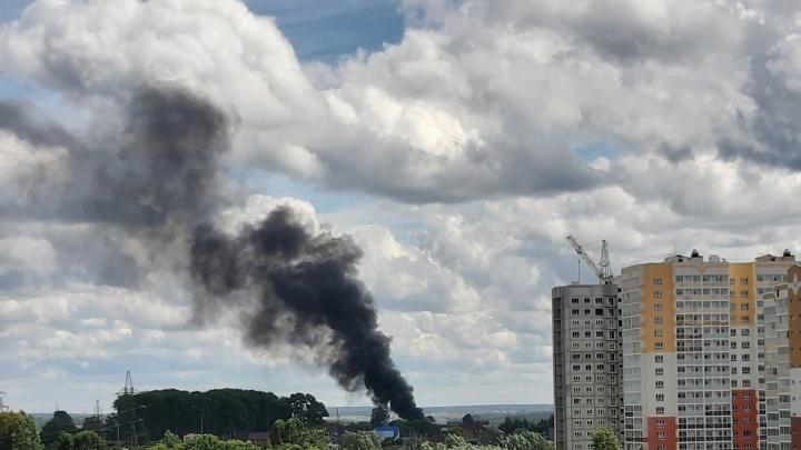 В Кузбассе загорелся жилой дом. Пожар тушили более десяти человек