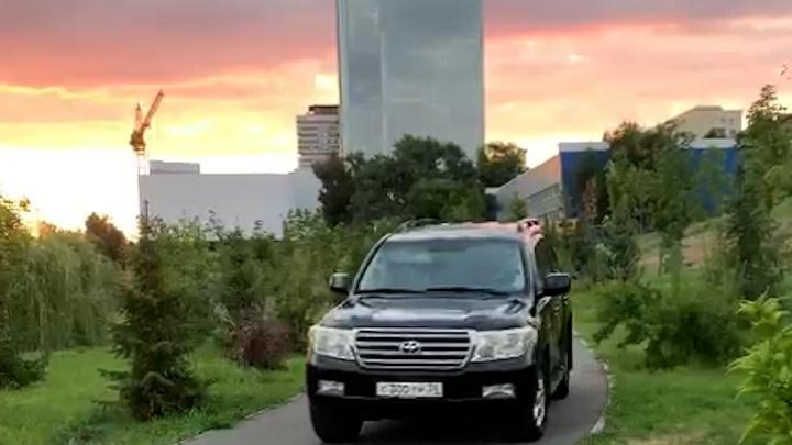 «Еще один автохам»: в Волгограде черный внедорожник прокатился по пешеходной дорожке
