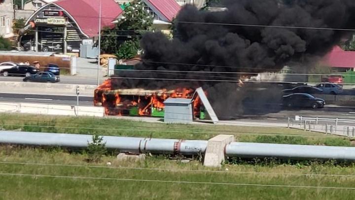 В Тюмени на объездной дороге сгорел автобус
