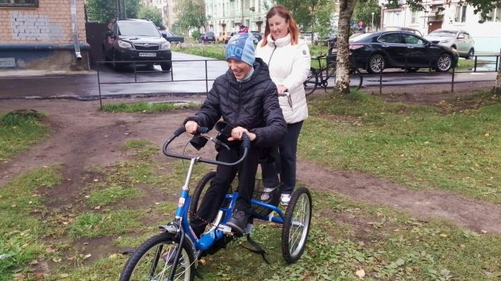 Бумага на благо: компании Архангельска сдали тонны макулатуры и купили ребенку с ДЦП особый велосипед
