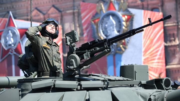 Тысячи военных и танки на Красной площади: смотрим главный парад Победы страны