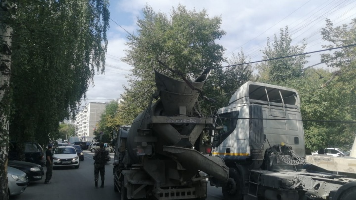 В Екатеринбурге грузовик порвал троллейбусные провода: они упали прямо на автомобили