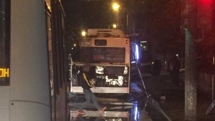 В Ростове на Королёва загорелся автобус