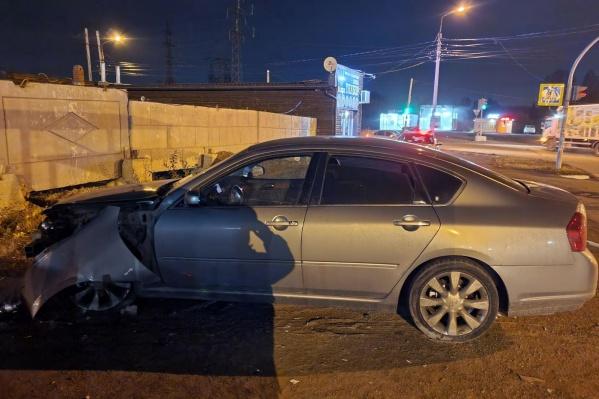 Водитель Infiniti сбил парня, стоявшего на остановке, а потом скрылся с места аварии