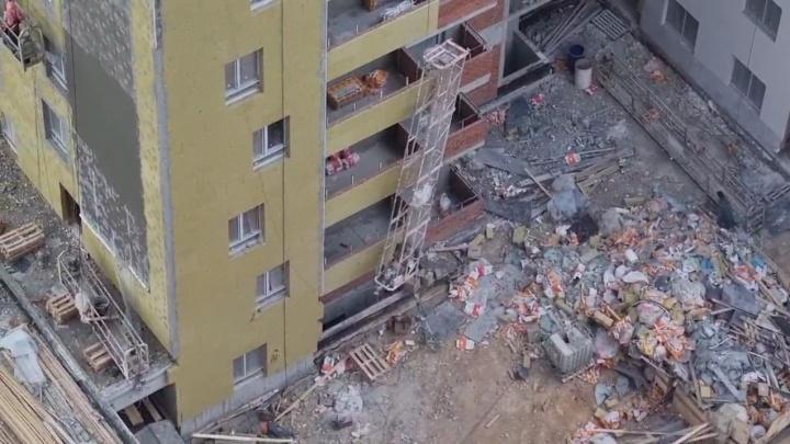 В Екатеринбурге из-за сильного ветра рабочий выпал из строительной люльки