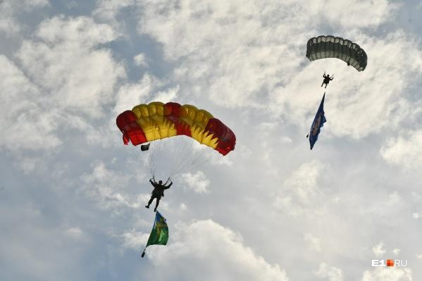 Ни один День ВДВ не обходится без прыжков с парашютом