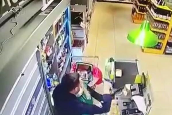 Мужчина накинулся на продавца посреди белого дня