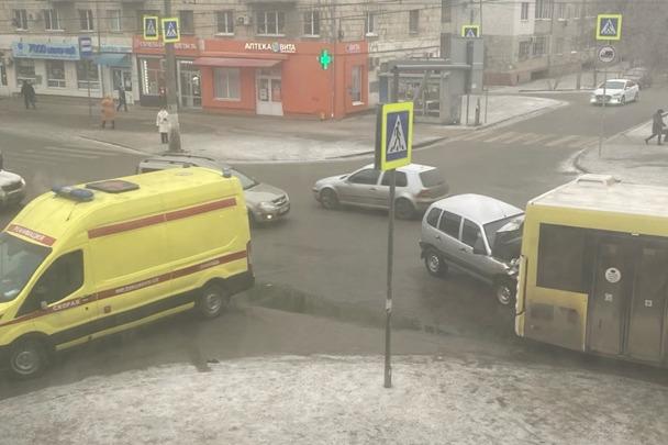 «Пассажиры выбежали, из салона повалил дым»: в Волгограде легковушка протаранила пассажирский автобус