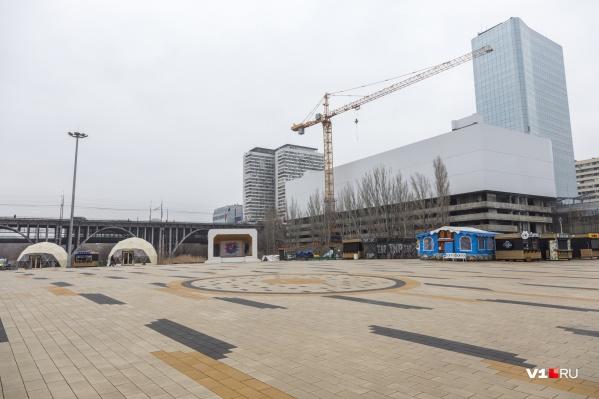 Окруженная торговыми точками площадь в парке сейчас единственное свободное место