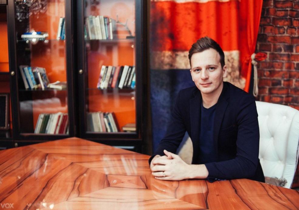 Арсений Снедков недавно попал в клуб, там он общается с «челябинской диаспорой» — известными бизнесменами и коучами