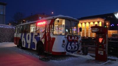 На улице Ленина заработала бургерная в салоне старого автобуса— ее открыл бывший управленец Traveler`s Coffee