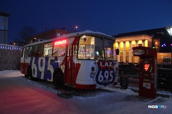 Автобус стоит на площадке перед «Универсамом»