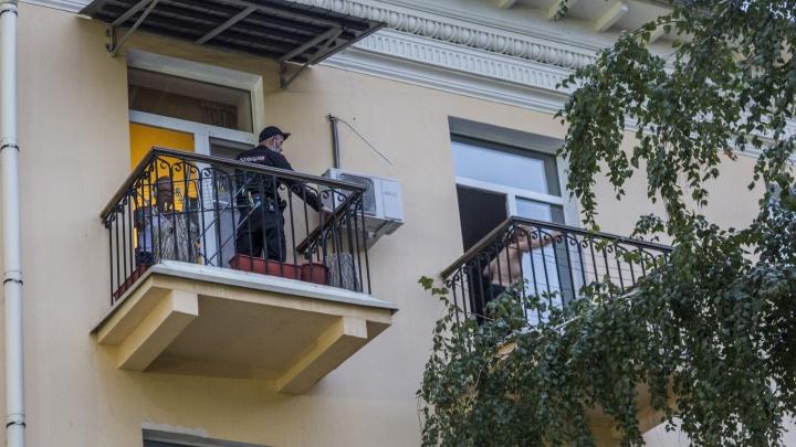 Летели стулья и книги: в центре Волгограда задержали женщину, бросавшую вещи к порогу Следственного комитета