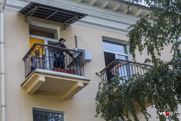 Через пару минут Иван Выскубов преодолеет расстояние между балконами и задержит женщину
