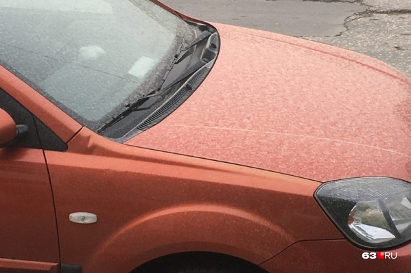 Белый налет нашли на капоте машин