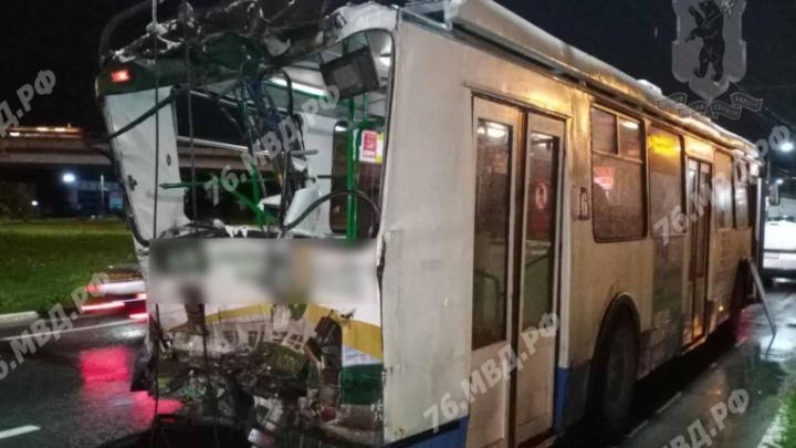 В Ярославле бетономешалка въехала в троллейбус: два человека пострадали