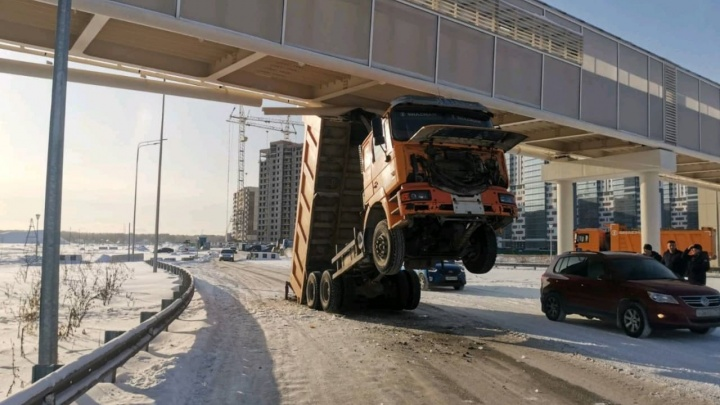 В январе грузовик протаранил надземник в Тюмени — спустя полгода на водителя возбудили дело