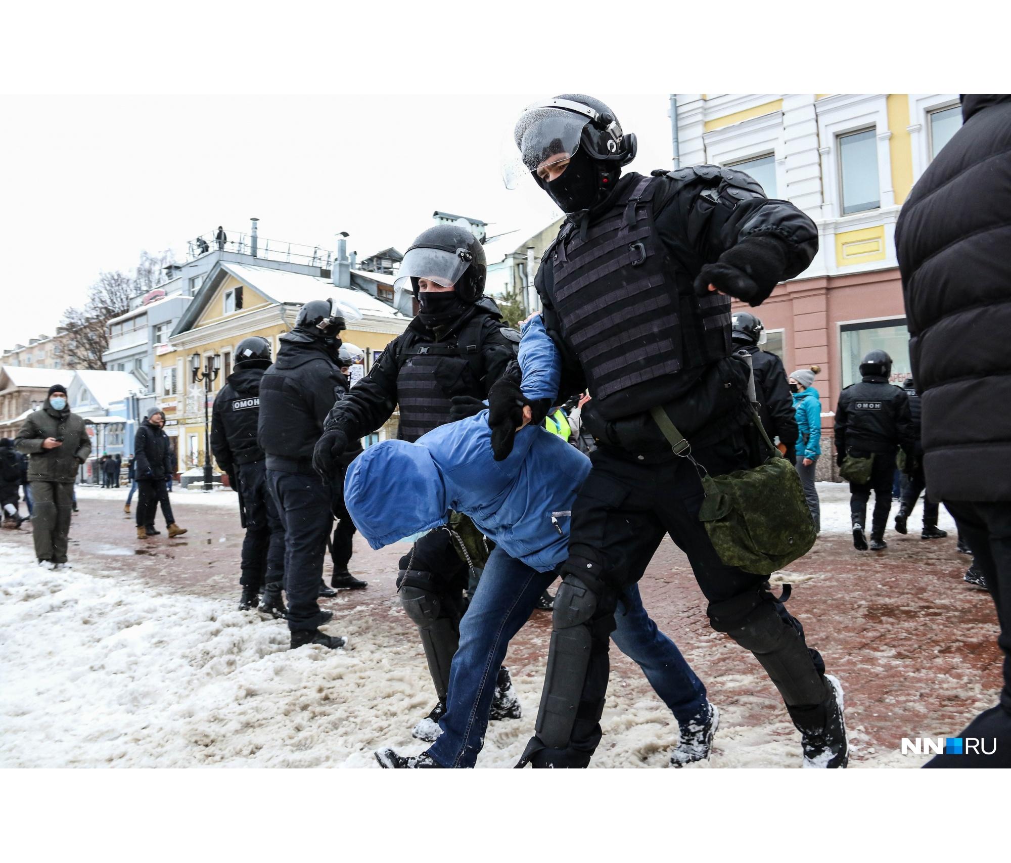 Тогда же прошли и первые задержания. Всего во время акции, по неофициальным данным, задержано более 100 человек