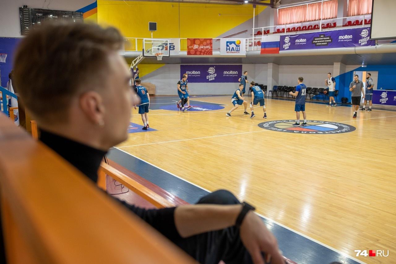 Александр наблюдает за тренировкой команды «Челбаскет» во Дворце пионеров