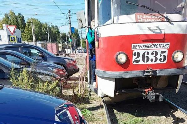 Пассажиры вышли из трамвая, не дождавшись устранения помехи