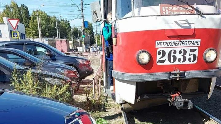 «Ждем этого героя уже минут 20»: на западе Волгограда остановилось движение трамваев
