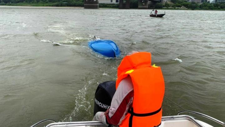 Омич с балкона увидел в реке перевернувшуюся лодку с мужчиной и вызвал подмогу