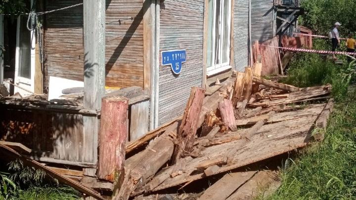 «Жена выпрыгивала из окна с ребенком»: на Сульфате деревянный дом сошел со свай